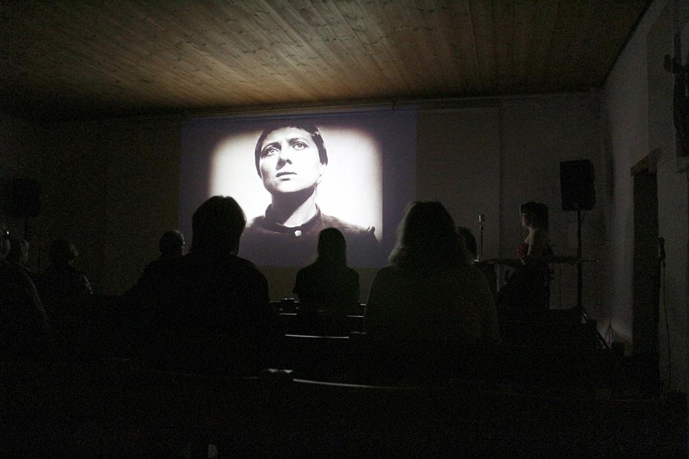 Kinokonsertti Jeanne d'Arcin kärsimys käynnissä. Theremin-taituri Susanna Viljanmaa säestää omalla elektronisella musiikillaan.