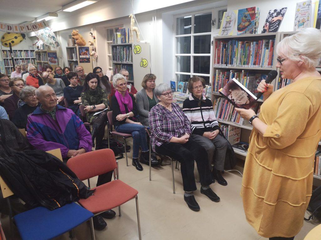 Taija Tuominen lukee otteita kirjastaan Kuningaskobra.