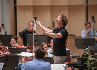 Santtu-Matias Rouvali johtaa orkesteria.