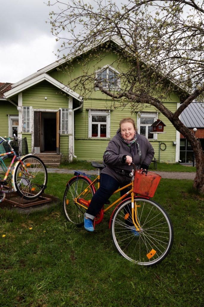 Sanni Hallanvaara Vihreän talon edustalla Iittalassa.